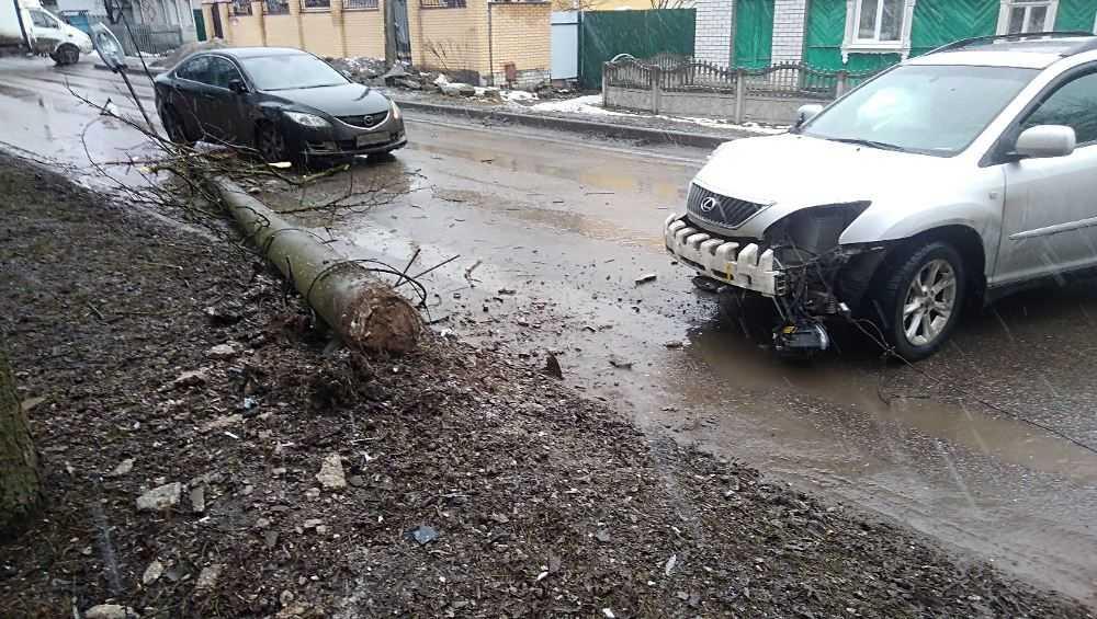 В Брянске на улице Костычева «Лексус» свалил фонарный столб