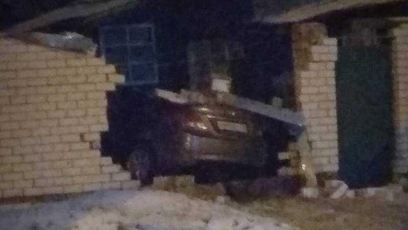 В Брянске пьяный водитель легковушки влетел в кирпичный забор