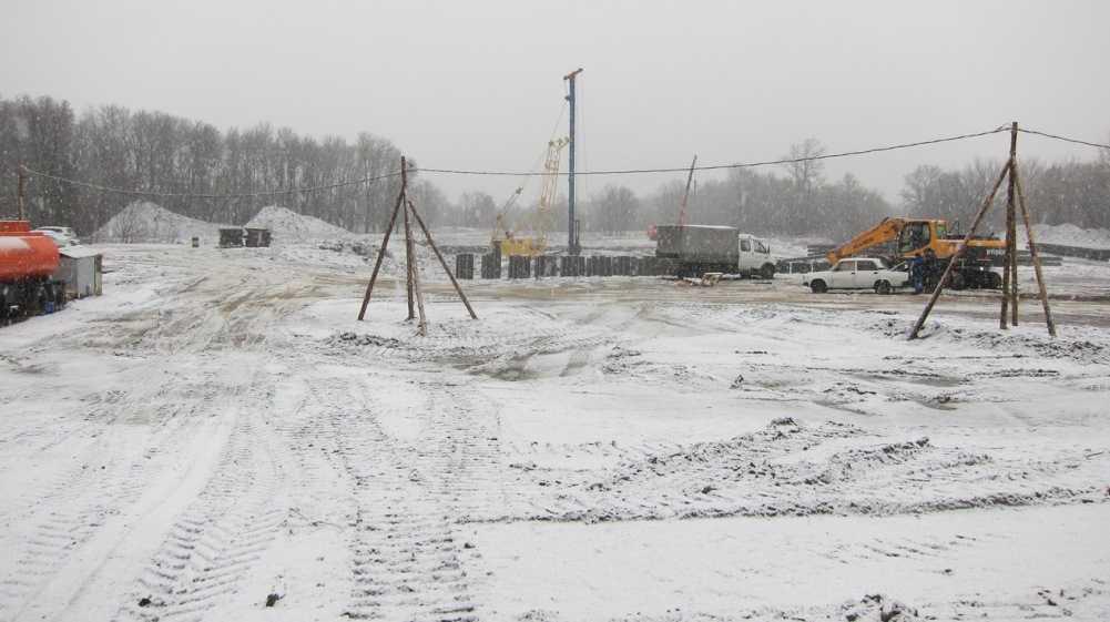 В Брянске забили 92 из 400 свай на новом мосту через реку Снежеть