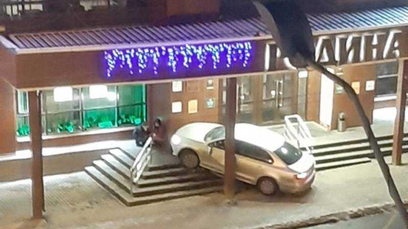 В торговый центр «Родина» в Брянске врезалась легковушка