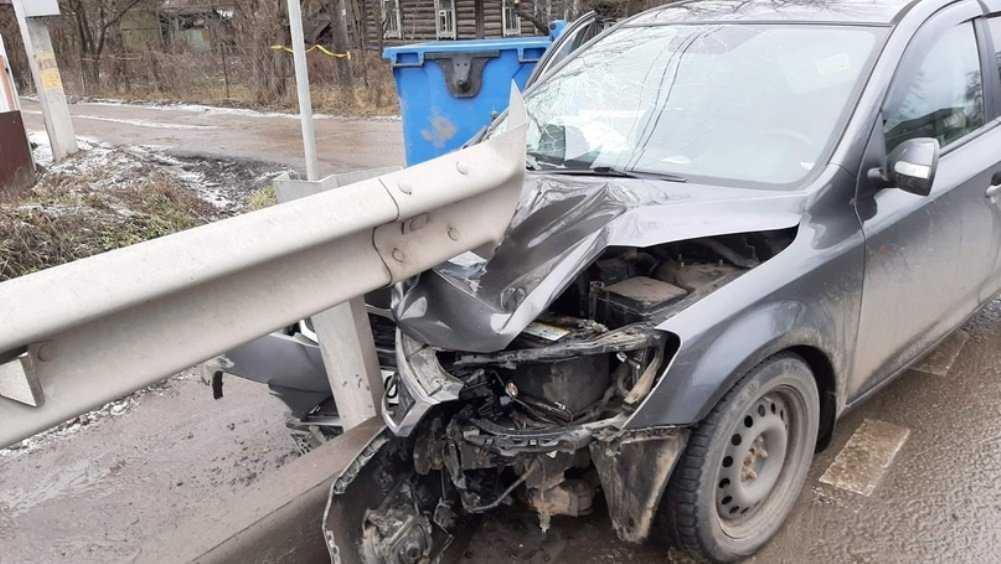 В Супоневе иномарка врезалась в отбойник – двое ранены