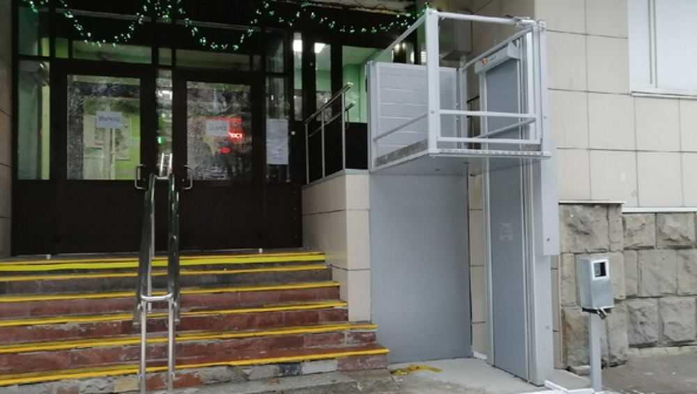 В брянской поликлинике сделали на входе лифт для своих пациентов