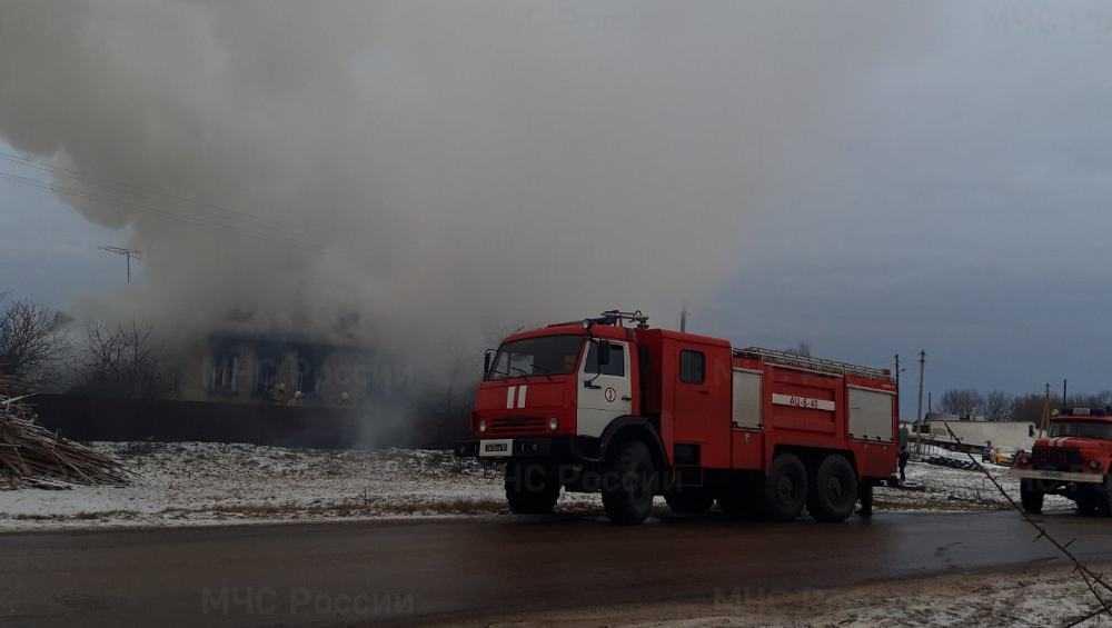 В брянском селе в сгоревшем доме едва не погиб человек