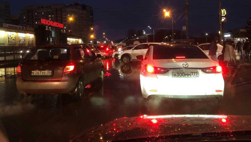 В Бежице образовалась гигантская автомобильная пробка