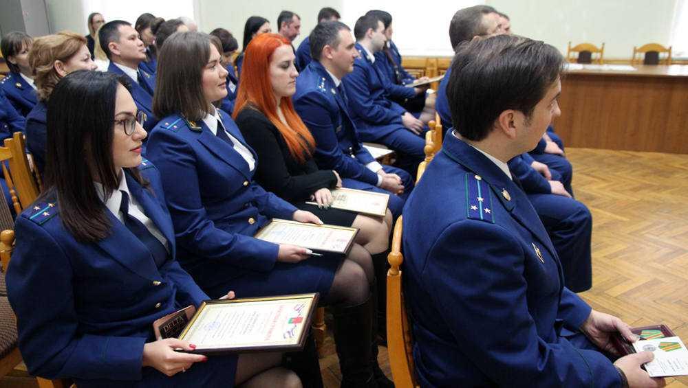 Брянские прокуроры получили награды от города