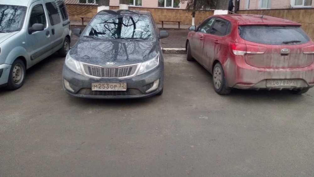 В Брянске автомобили у травмпункта закрыли дорогу скорой помощи