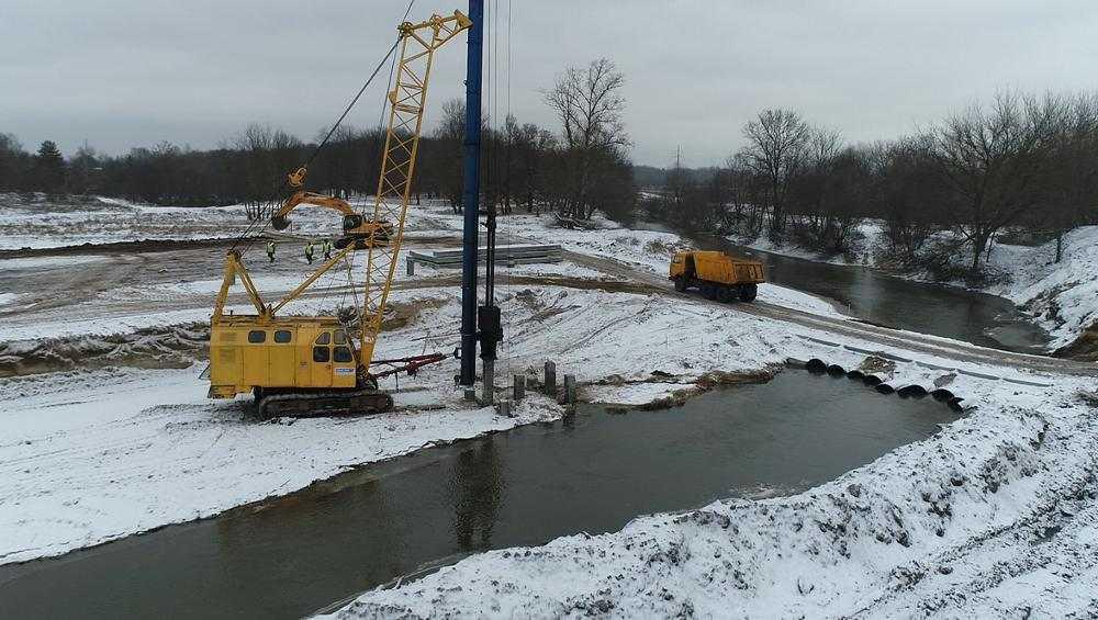 В Брянске для моста через реку Снежеть забили 150 свай из 400