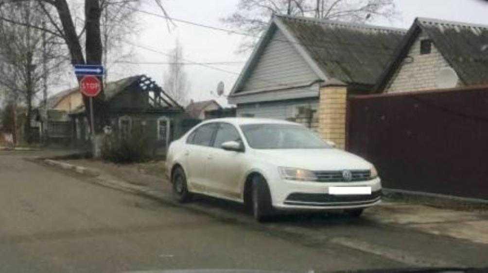 В Брянске охранника камеры оштрафовали за стоянку на тротуаре