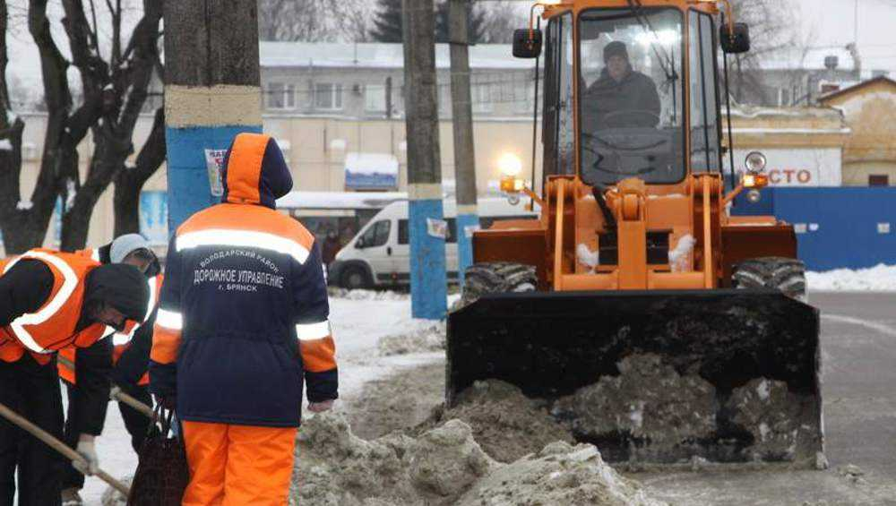 В Брянске на дороги высыпали 1200 кубометров пескосоляной смеси
