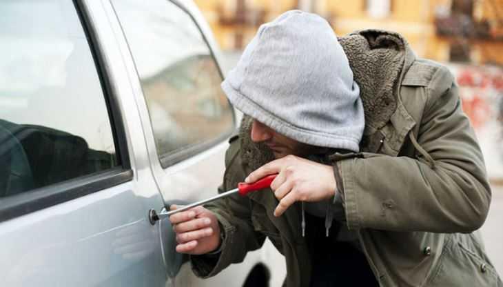 В Брянске 24-летний парень врезался в забор на похищенной иномарке