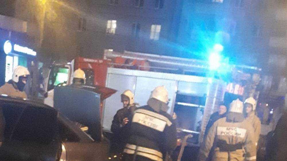 В Брянске возле ТРЦ «БУМ Сити» загорелась легковушка