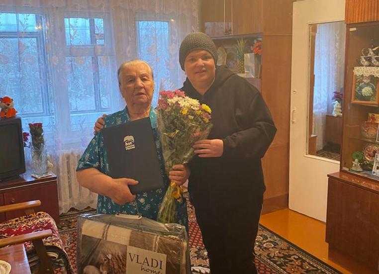Глава Брянска поздравила с 90-летием старейшего члена партии