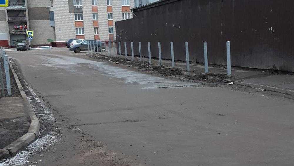 В Брянске возле школы № 53 сняли недавно установленный забор
