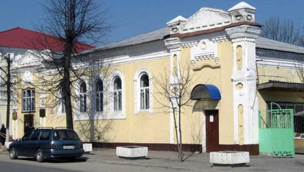 В Клинцах старинный дом превратили в сарай с рекламными «баннерами»