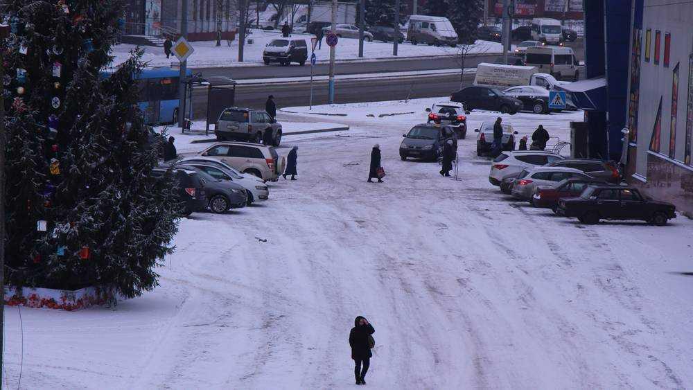 На улицы Брянска после небольшого снега вышли дорожные машины