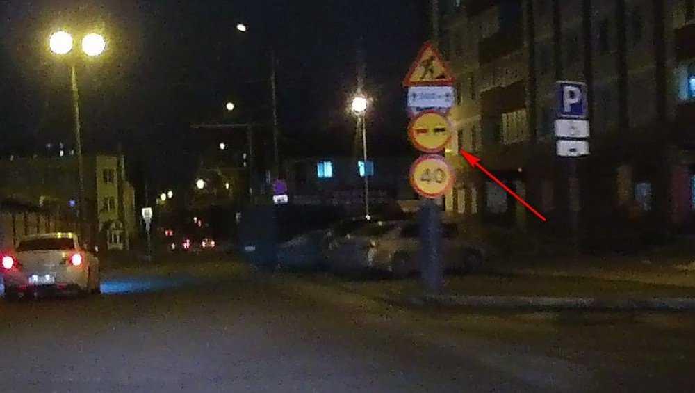 В Брянске на улице Фокина горожан порадовали опорами и удивили знаками