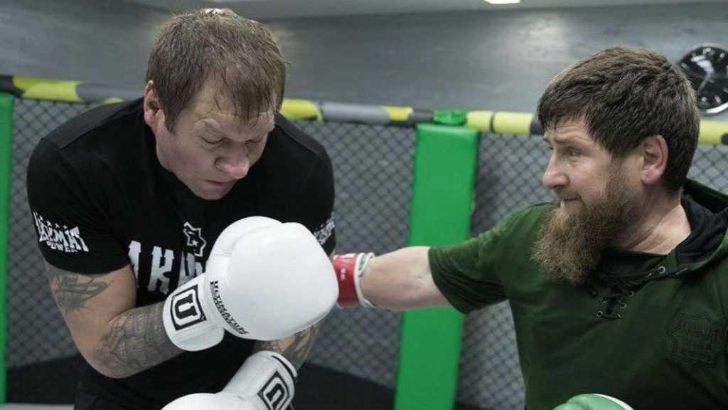 Емельяненко показал на фото, как его «избил» Кадыров