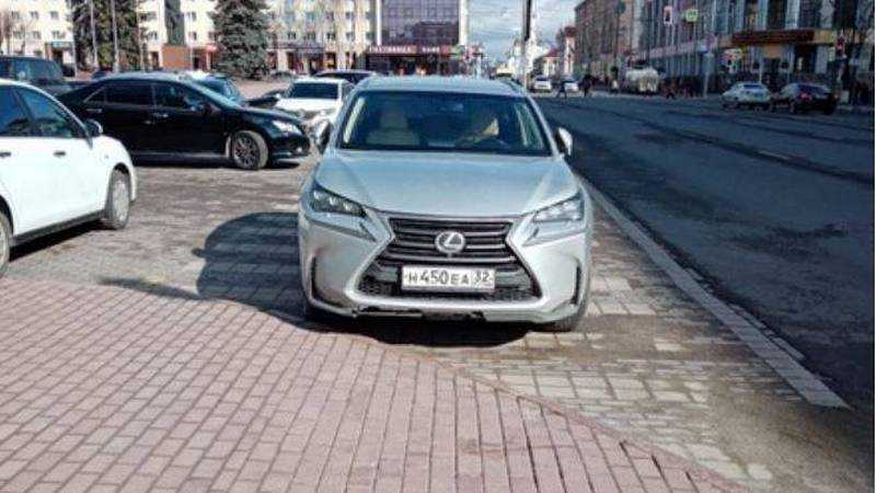 В Брянске за парковку возле правительства отомстили водителю Lexus
