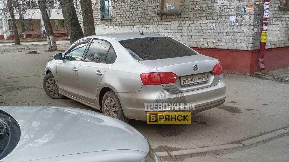 В Брянске водителю пригрозили расправой за парковку на тротуаре