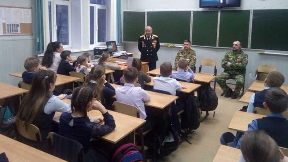В брянской гимназии герои Афгана провели урок мужества