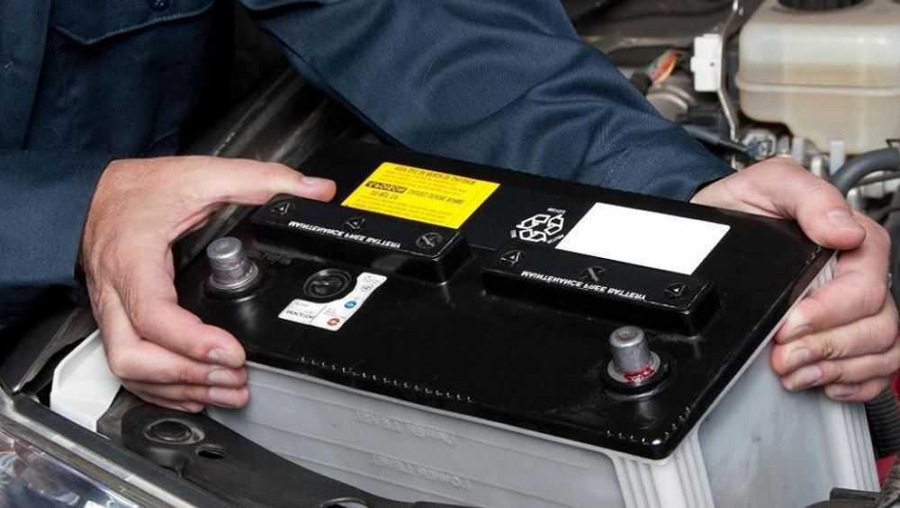 В Брянске ночью воры похитили аккумуляторы из пяти автомобилей