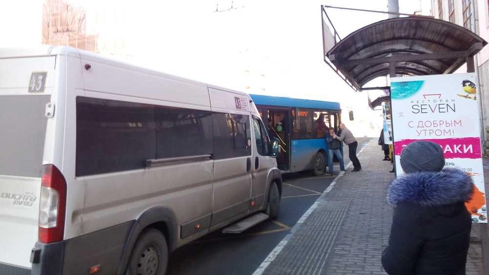 Водители автобуса и маршрутки подрались в Брянске