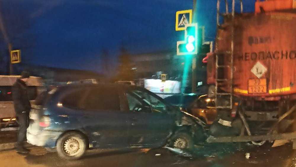 В Брянске утром произошло опасное ДТП с бензовозом