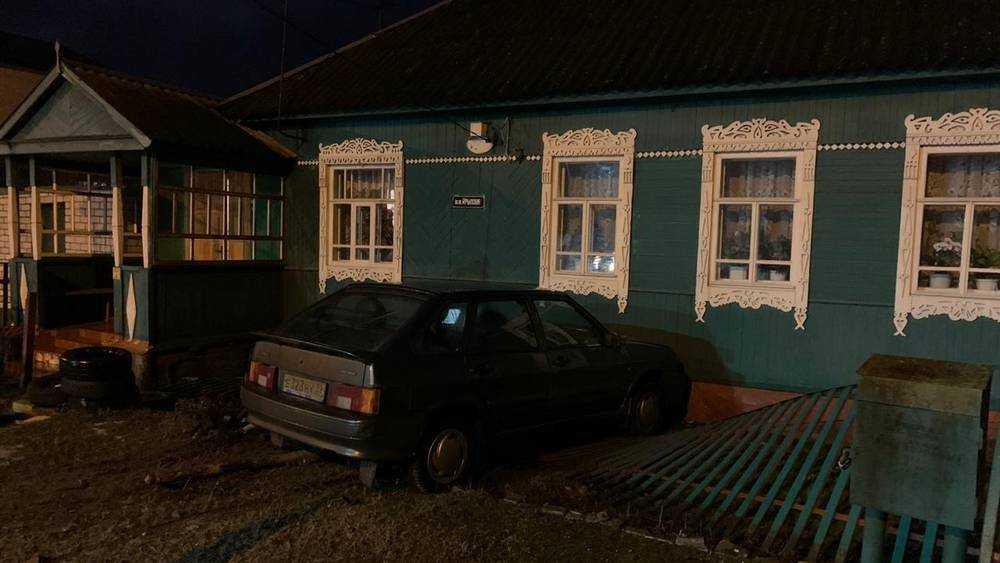 В Брянске уже второй ас на легковушке врезался за месяц в частный дом