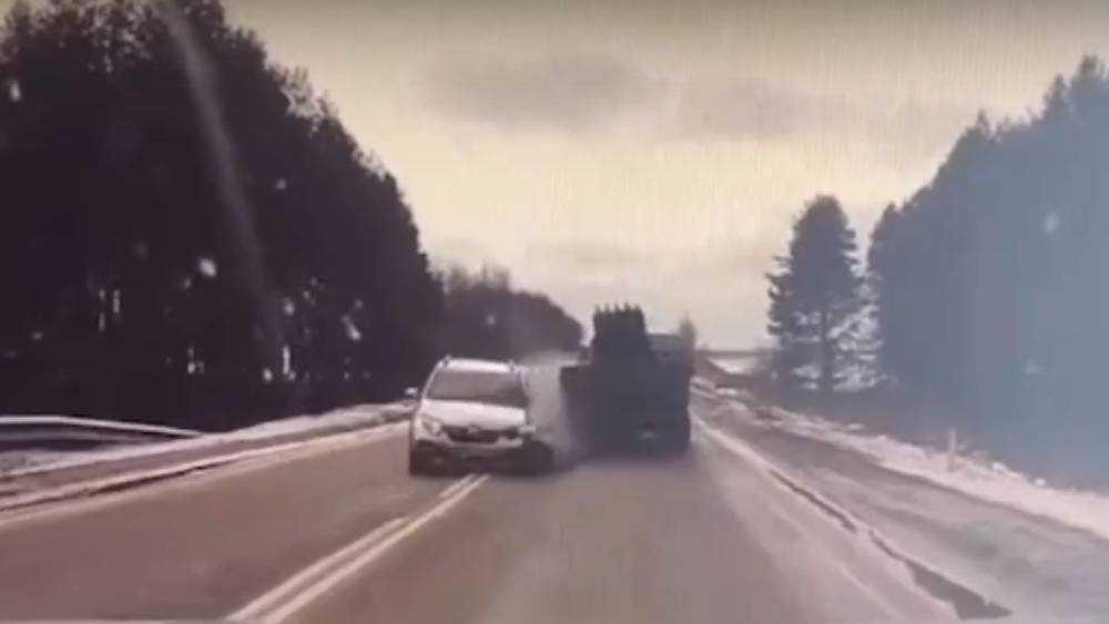 На брянской трассе сняли видео жуткого ДТП с тремя автомобилями