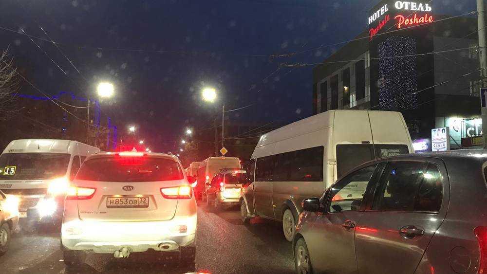 В Брянске водителям предложили по вечерам подвозить горожан до дома