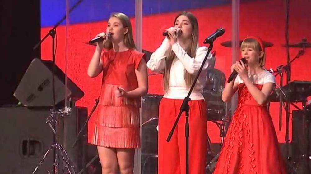 Брянская певица Настя Гладилина спела гимн в присутствии президента
