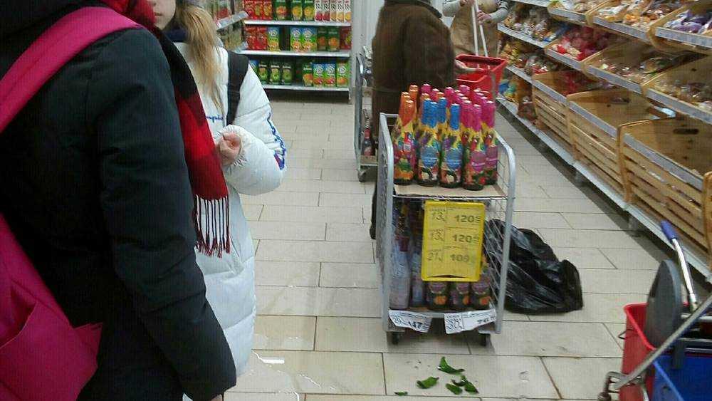 В брянском магазине случился скандал из-за разбитых девочкой бутылок