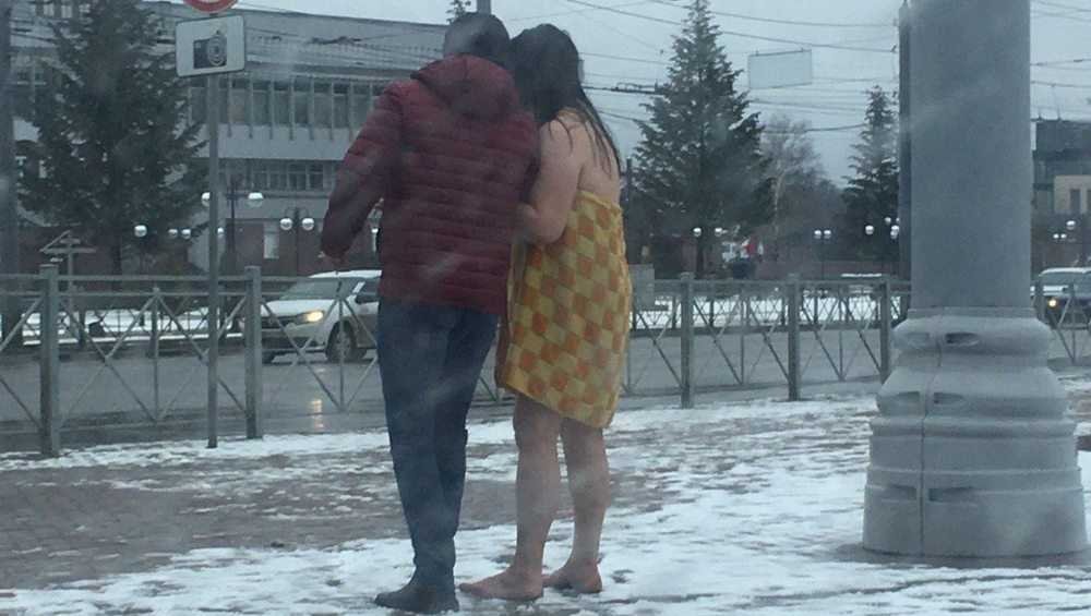 Жителей Брянска удивила полуголая девушка на набережной