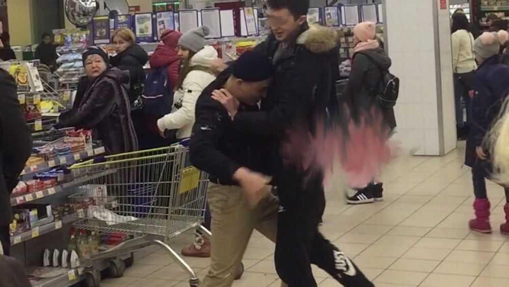 Молодые люди в брянском супермаркете устроили постановочную драку