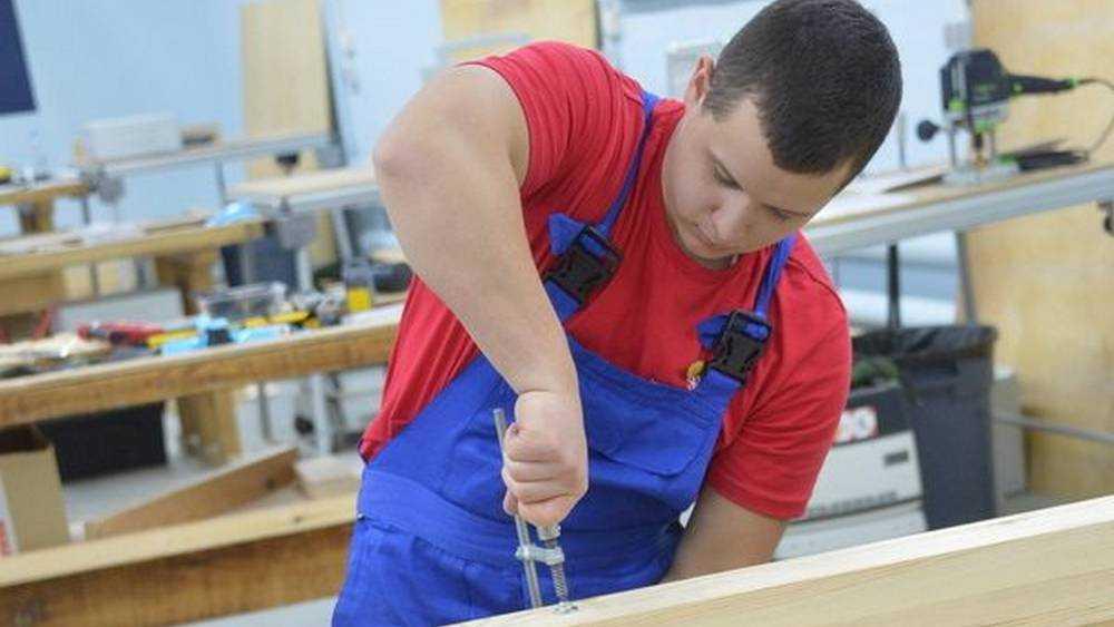На чемпионате в брянском колледже плотники и маляры показали свои таланты