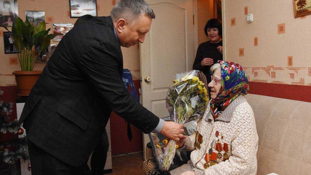 Андрей Сотников поздравил с днём рождения старейшего члена партии «Единая Россия»