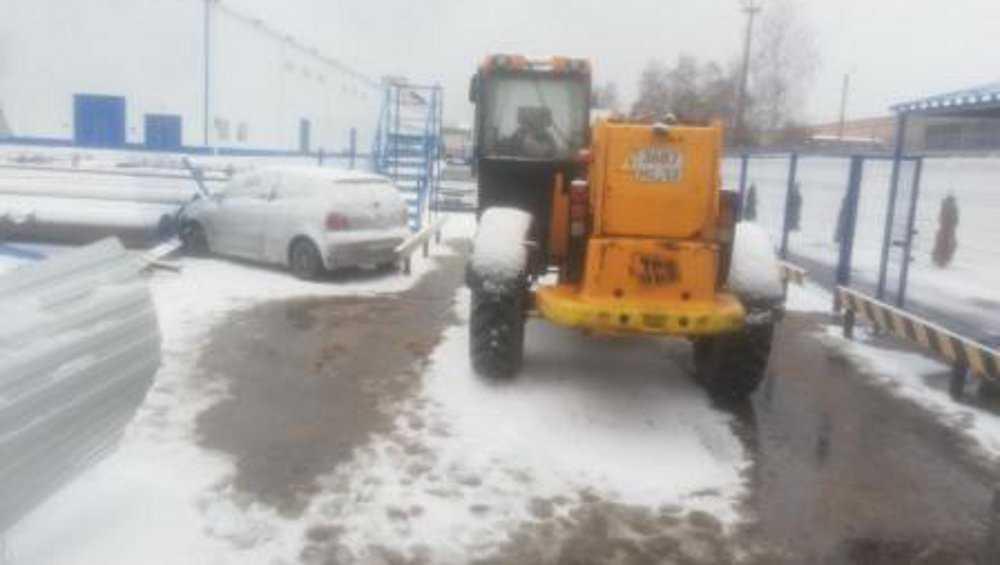 В Брянске водитель протаранил ворота организации и покалечил работника