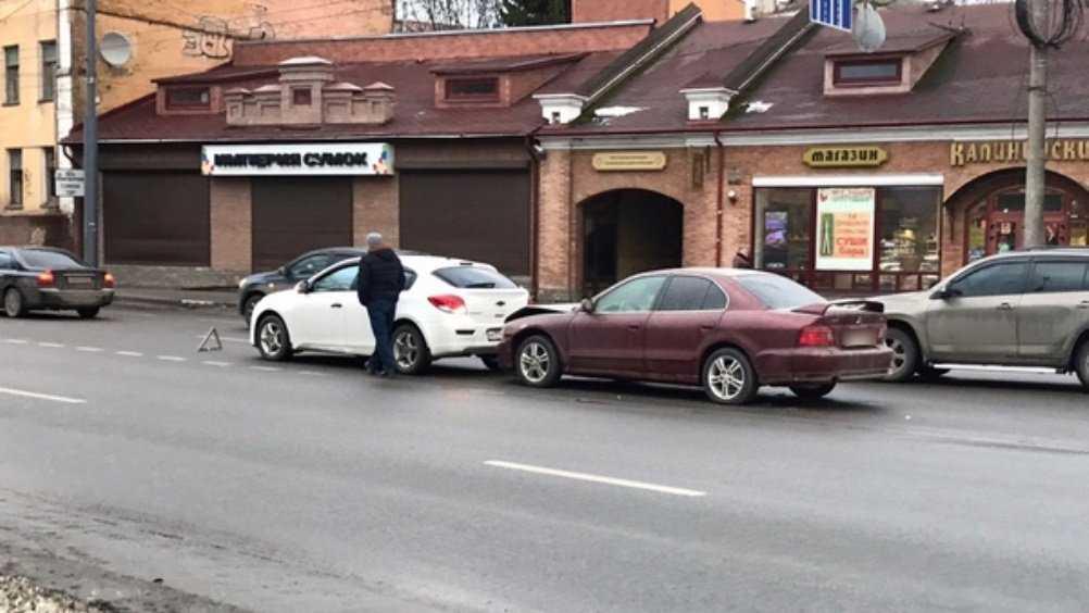 В Брянске на набережной не поделили дорогу две легковушки