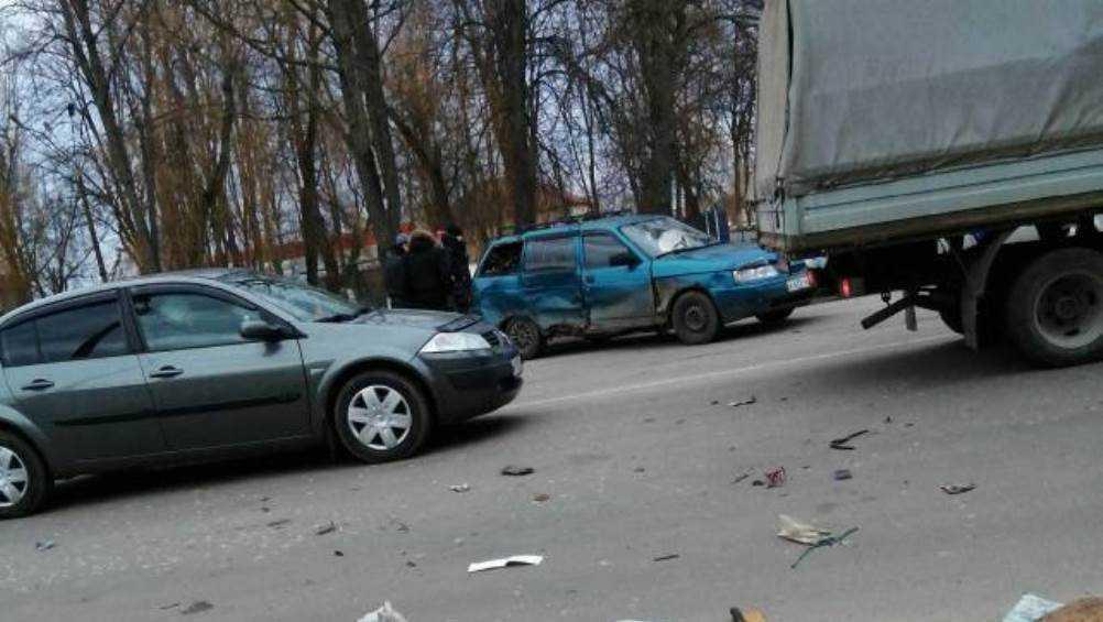 В Новозыбкове на перекрёстке возле ДК столкнулись две легковушки