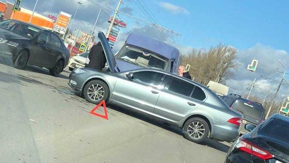 В Брянске возле «Аэропарка» столкнулись легковушка и микроавтобус