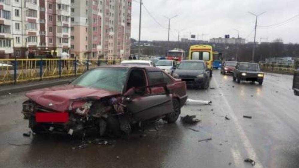 В массовом ДТП на улице Романа Брянского пострадали два человека