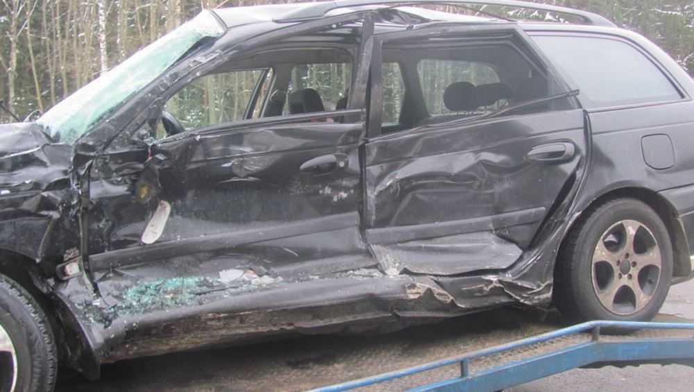 На брянской трассе водитель «Тойоты» в ДТП сломал обе ноги