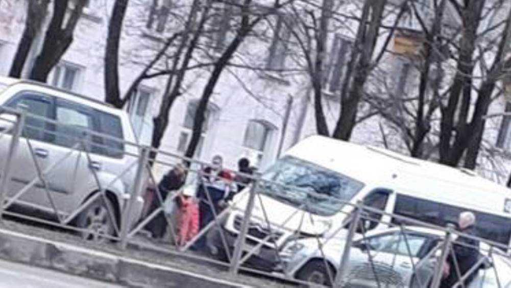 В Брянске маршрутка попала в ДТП на Московском проспекте