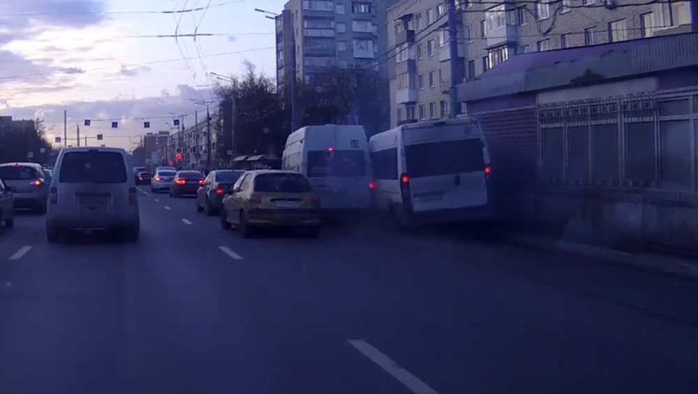 В Брянске показали видео столкновения двух маршруток на остановке
