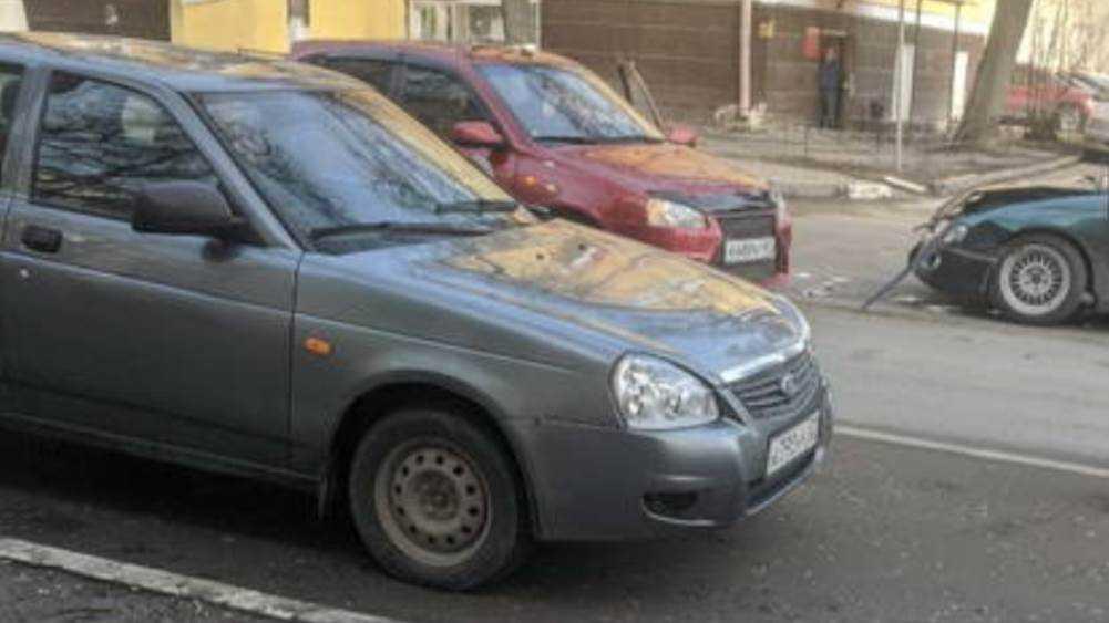 В Брянске возле ТЮЗа не поделили дорогу две легковушки