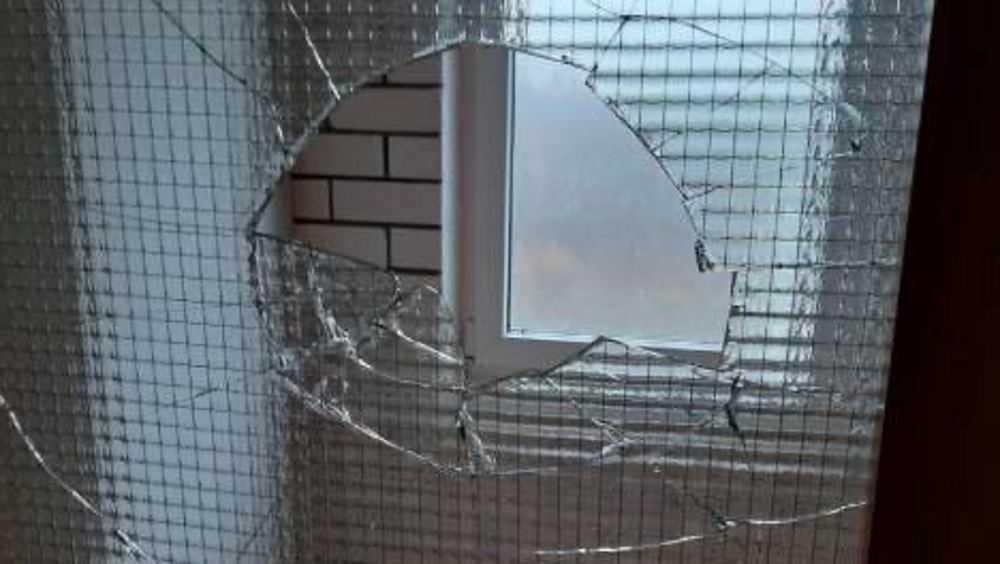 В Брянске хулиганы разбили двери в подъезде дома на улице Комарова