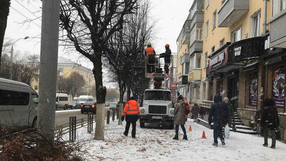 В Брянске на проспекте Ленина рабочие образцово обрезали деревья