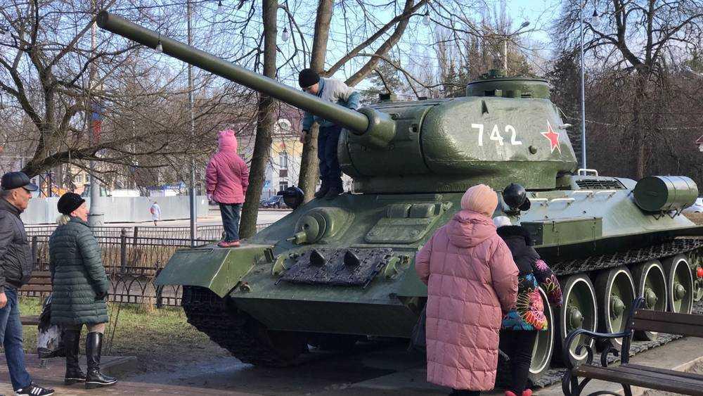 Танк Т-34 в брянском сквере Морозова стал любимой игрушкой детей