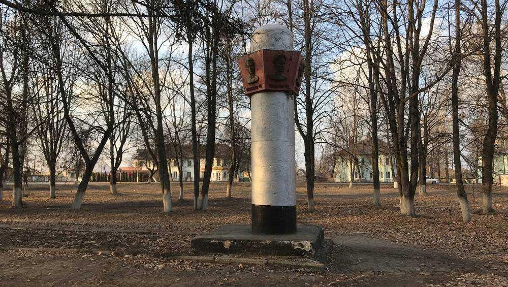 Жители Жуковки попросили привести в порядок памятник Героям-землякам