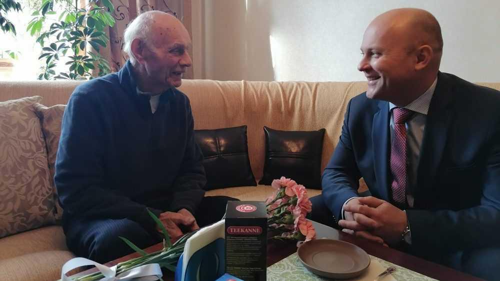 Председатель облсуда поздравил старейшего ветерана судебной системы Брянщины
